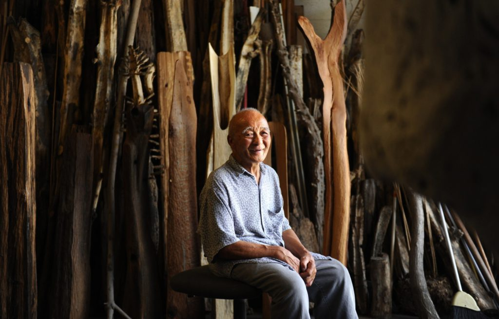 Sculptor Kenzi Shiokava, who transformed discarded wood into magnetic totems, dies at 82